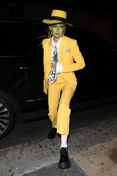 Gigi Hadid dressed as Jim Carrey from The Mask for Halloween! Looks Halloween, Halloween Costumes For 3, Halloween This Year, Halloween Inspo, Couple Halloween, Costumes For Women, Halloween Makeup, Halloween Fashion, Costumes With Masks
