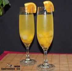 Sangría de cava: 1 botella de cava brut nature, ½ litro de refresco de naranja, Cointreau (cantidad al gusto, hemos puesto la cantidad suficiente para cubrir la fruta), fruta natural o en almíbar (al gusto) principalmente naranja, melocotón y piña, pero se pueden añadir también pera, fresas, uva…, hielo (opcional), azúcar (opcional). Cocktails, Cocktail Drinks, Kitchen Crashers, Gin And Tonic, Mojito, Summer Recipes, A Table, Tapas, Recipes