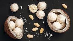 Kokosové kuličky ze sladkého kondenzovaného mléka jsou dokonalou záchranou pro všechny, kteří nestíhají nebo se neodvažují péct, a přitom chtějí něco dobrého na sváteční stůl.