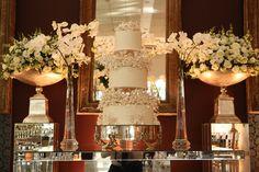 Bolo de casamento branco intercalado com flores - Casamento Paula e Rodrigo