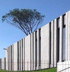 Pousada Ribadumia: Fachada em placas de rocha com mais de 4 m de altura