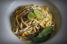Nudeln mit Salbei - Gorgonzola - Soße, ein sehr schönes Rezept aus der Kategorie Pasta & Nudel. Bewertungen: 16. Durchschnitt: Ø 4,0.