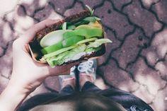Jesenný syrový sendvič s jabĺčkom a zeleninou | JEDZ A MILUJ
