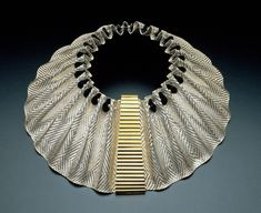 Arline Fisch, Egyptian Dream, 1996, necklace, fine silver, sterling silver, 18-karat gold, 14 x 33 cm diameter, photo: Will Gullette