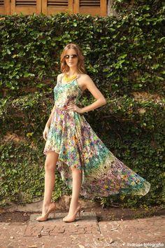 Vestido colorido e leve.
