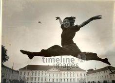 Grand Jeté über dem Schloss Bellevue Jujulia/Timeline Images #1988 #Berlin #Sprung #Ballett #Tänzerin #Freude