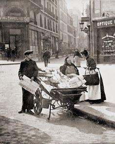 France. Gossip, Paris, 1900s // Maurice Bucquet