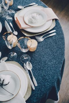Tablescape of indigo blue, white and touches of gold. Photo by Mariana Jamadi Photography. #indigoblue #tablescape