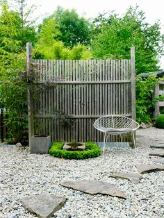 Stolen Leaf från Arper kommer till sin rätt i den sparsmakade miljön. Pea Gravel Garden, Garden Paths, Tiny Garden Ideas, Gravel Landscaping, Garden Solutions, Pergola, Colorful Garden, Garden Inspiration, Outdoor Gardens