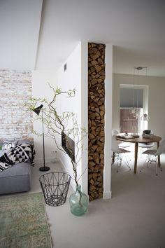 Houtkachel   Brickwall   witte woonkamer   via Femkeido  
