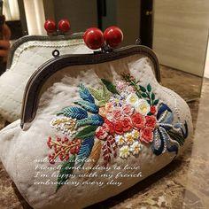 """🌹 ᆢ ᆢ """"과골삼절"""" ᆢ 정약용이 책을 읽다 복숭아뼈에 구멍이 세 번 났단다. ᆢ 꽃자수 놓다 과골삼절 되려나.. ᆢ #좌탁의문제점 ᆢ ᆢ 그래도 가을은 참 좋다. 뭘하든~ 비염만 아니면.. ㆍ ㆍ ㆍ ㆍ… Embroidery Purse, Crewel Embroidery Kits, Silk Ribbon Embroidery, Lace Beadwork, Frame Purse, Diy Purse, Embroidered Clothes, Crochet Handbags, Quilted Bag"""