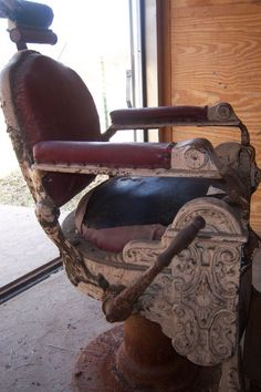 ANTIQUE-OAK BARBER CHAIR WITH GINGERBREAD-