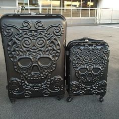 Skull Luggage , oh I want these NOW ! Can u think of better Luggage for Mardi Gras? Skull Decor, Skull Art, Trolley Case, Estilo Rock, Gothic House, Skull And Bones, Swagg, Rockabilly, Cool Stuff