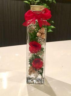 *♡今大人気の植物標本ハーバリウムのご紹介です♡*♡ガラス瓶の中で優しく揺れ動く可愛らしいお花達♡♡光に照らされてキラキラと輝く幻想的なハーバリウムの 美しい世界をお楽しみいただくことができます。♡中に入っているお花は、すべて本物のお花のドライフラワーです ♡真っ赤な薔薇を使いクリスマスカラーに使い仕上げてみました♡ショートサイズ縦17㎝ 底幅4㎝このデザイン以外でもご希望があればお色違いなどお作り致します!お誕生日のプレゼントやお祝いにも喜んで頂けるお品です♡ラッピングOPP袋にリボン付き¥100アップ籠入りリボン付きは¥200アップ♡♡♡ハーバリウムとは♡♡♡特別な液体(オイル)で瓶詰めされた植物標本です。植物はお手入れ不要で約1年以上鑑賞できます。☆植物は個体差があります。☆配送中の植物の配置の移動などある可能性がありますが ご理解お願いします。☆ひとつひとつ丁寧に製作しておりますが、ハンドメイドのため完璧な商品をお求めの方はご遠慮ください。即購入して頂いて大丈夫です♡オーダー承ります♡写真と全く同じ物は出来ませんがお色目で選んでいただければアレンジ致します。○注意事項○… Modern Witch, Flower Arrangements, Glass Vase, Bouquet, Table Decorations, Flowers, Christmas, Crafts, Inspiration