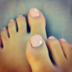 So plain & feminine. I love this and I am going to pull it off next time I do my toes <3