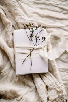 Want to opt for zero-waste gift wrapping this year? Here are 6 tips for how to make low waste gift wrapping look luxurious and modern. Creative Gift Wrapping, Present Wrapping, Wrapping Ideas, Creative Gifts, Paper Wrapping, Gift Wrapping Clothes, Furoshiki Wrapping, Wedding Cakes With Cupcakes, Unique Wedding Cakes