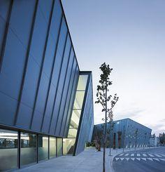 Albergue Centre Esplai Barcelona es un alojamiento ecológico en un edificio moderno, innovador, sostenible, elocuente e integrado en su entorno. Este equipamiento de nueva construcción fue diseñado por el prestigioso arquitecto Carlos Ferrater, autor del Palacio de Congresos de Cataluña o de la Estación Intermodal Zaragoza - Delicias, entre otras obras.