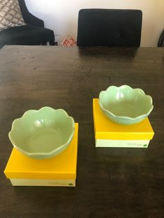 (2) FLOWER FRILL BOWLS COLOR: KIWI LIGHT GREEN MATERIAL STONEWARE WARRANTY: 10 YEARS (BRAND NEW IN ORIGINAL BOX) *DISCONTINUED HARD TO FIND ITEM & COLOR* Le Creuset Cookware, Flower Bowl, Green Materials, Kiwi, No Frills, 10 Years, Serving Bowls, Stoneware, Coffee Cups