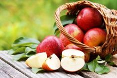 Apples are a staple in lunchboxes and kitchens across the country, but is the saying 'an apple a day keeps the doctor away' actually truthful? Fruit Parfait, Dietas Detox, Detox Life, Granny Smith, Eat Smart, Apple Recipes, Plum, Healthy Eating, Health Foods