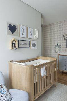 Quarto de bebê em azul, branco e bege. Decoração moderninha e com móveis arrendados. Projeto Triplex Arquitetura