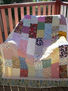 Scrappy Quilt. I have the perfect fabrics to make this quilt. :)