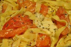 Verdens nemmeste og lækreste pastaret med tomater, basilikum, hvidløg og ost. Uhm. Tager to minutter at lave på dag 1 og 5 minutter på dag 2. Bliver den også din families favorit? Lunch Snacks, Italian Recipes, Thai Red Curry, Cabbage, Easy Meals, Easy Recipes, Spaghetti, Food Porn, Food And Drink