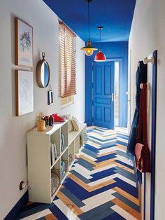 peinture porte interieur de la même couleur bleu roi du plafond pour un joli effet visuel dans ce couloir long et étroit