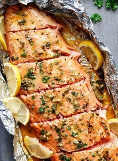 Honig-Knoblauch-Lachs in Alufolie gegrillt Grilled honey and garlic salmon in aluminum foil Salmon In Foil Recipes, Fish Recipes, Healthy Recipes, Chicken Recipes, Shrimp Recipes, Garlic Salmon, Grilled Salmon, Butter Salmon, Snacks Sains