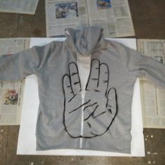 DIY Star Trek sweatshirt- a great gift idea for friends/family!    When you zip up the sweatshirt, it looks like a normal hand but when you begin to unzip it, it looks like STAR TREK :-)