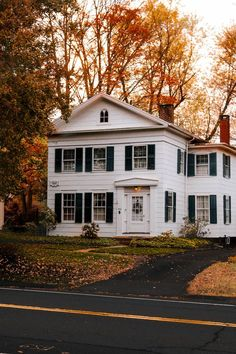 New England Style Homes, New England Prep, New England Fall, Fall Home Decor, Autumn Home, Maine In The Fall, Colonial, American Farmhouse, Best Seasons