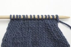 Diminutions inclinées SSK et surjet simple – Les archives de L'échappée Laine Crochet Diy, Crochet Motifs, Knitted Hats, Gauche, Textiles, Quilts, Wool, Stitch, Scrappy Quilts