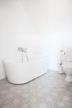 Fins badrum från Mitt Vita Hus. Info om allt: Handdukstoreken är från Margaroli, Handfatet från Duravit, alla blandare från FM Mattsson, kaklet på väggarna kommer jag inte ihåg vad märket hette men det är vanligt vitt högblankt 10 x 20 cm, golvet är från Marrakech design och heter Voltaire Viskning.