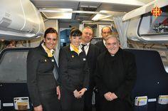 Cardenal Sistach amb la tripulació de l'avió cap a Roma