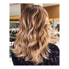 O #haircontour ainda é a aposta da estação para quem deseja iluminar o cabelo de forma totalmente personalizada e com um aspecto mais orgânico, como neste look feito sob os cuidados do CK Artist @ck.richard. Invista você também! Marque um horário pelo telefone: (21) 3252-2619. #ckamura #ckamurabywella #beleza #hairtrend #tendencia #cabelo #haircontouring #contorno #loiro #newhair #fashion