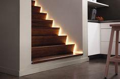 """Vyzkoušejte dodat design nejen do místností, ale také do spojovacích částí domu. Cestu do patra doprovodí příjemné světlo """"obtékající"""" schody. Philips Hue Lightstrip Plus od 689 Kč; Philips"""