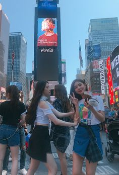 Shuhua and Miyeon as Tom and Jerry Kpop Girl Groups, Korean Girl Groups, Kpop Girls, Galaxy 9, Soo Jin, Tom And Jerry, Cube Entertainment, Soyeon, Tomy