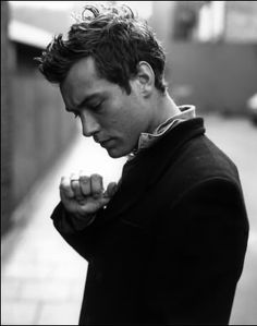 photo noir et blanc : Jude Law Jude Law, Beautiful Men, Beautiful People, Hey Jude, Raining Men, Film Serie, Celebrity Crush, Celebrity Style, Movie Stars