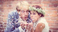 Super tolles Foto mit #Konfetti bei dieser #Vintage #Hochzeit oder? Das tolle Foto wurde gemacht von Blendend Fotografie: http://www.blendend-fotografie.de <3