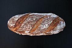 300 g kvásku (150 g žitné mouky a 150 g vody)      300 g pšeničné chlebové mouky      140 g vody      10 g soli      5 g kmínu (1:1 drcený a celý) Sourdough Recipes, Sourdough Bread, Golden Crust, Caraway Seeds, Homemade, Baking, Food, Health, Ideas
