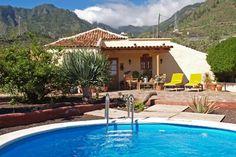 Finca Acaroma. Deze typische Canarische Finca is gelegen op een hoogte van ca. 400 meter, dichtbij het dorpje Candelaria in het oosten van Tenerife. Candelaria is het belangrijkste bedevaartsoord op de Canarische Eilanden.