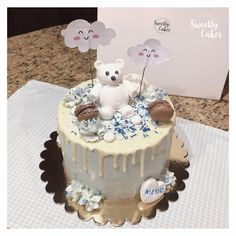A la demande d'un petit garçon, un layer cake bleu avec un petit ours ! Sans oublié la touche de gourmandise avec cette fois un biscuit vanille et une ganache au chocolat praliné !