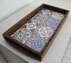 ladrilhos 67 Antique Picture Frames, Wood Basket, Painted Trays, Diy Coffee Table, Mosaic Crafts, Tray Decor, Tile Art, Handicraft, Decoration