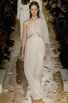 Inspiration mariage : les robes blanches du défilé Valentino http://www.vogue.fr/mariage/inspirations/diaporama/inspiration-mariage-les-robes-blanches-du-dfil-valentino/25159#inspiration-mariage-les-robes-blanches-du-dfil-valentino-2