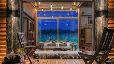V interiéru zbylo místo na prostorný jídelní stůl pro osm lidí.