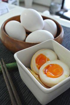 ラーメンのトッピングに!とろ~り味玉 Half boiled eggs in soy sauce.