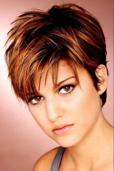 Kurze Haare Mittelscheitel Combining short hair with a center parting - pure elegance You want an ex Short Brown Haircuts, Haircuts For Fine Hair, Haircut For Thick Hair, Short Hairstyles For Women, Cool Hairstyles, Pixie Hairstyles, Famous Hairstyles, Haircut Short, Layered Hairstyles