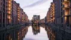 Hamburg jubelt! Seit dem 5. Juli 2015 gehören die Speicherstadt und das Kontorhausviertel samt Chilehaus zum Weltkulturerbe. Für die Hansestadt ist es das erste Welterbe, für Deutschland bereits die 40. Stätte. Erbaut wurde die Speicherstadt zwischen 1885 und 1927, das Kontorhausviertel zwischen 1920 und 1940. Auf einer Inselgruppe in der Elbe gelegen, gilt sie als das größte zusammenhängende und einheitlich geprägte Speicherensemble der Welt. In Zeiten des heutigen Containerverk