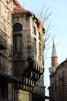 Approaching the Büyük Valide Han behind the Spice Market, Istanbul Mosques, Ottoman Empire, Istanbul Turkey, Beautiful Buildings, Ancient Egypt, Medieval, Destinations, Places To Visit, Asia