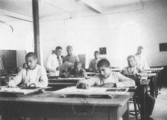 """מורה בכיתת תלמידים בבית היתומים """"שנלר"""", ירושלים"""