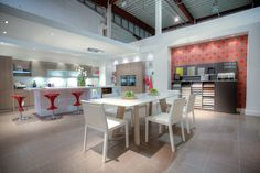 Shuller Next 125 working kitchen with Pigreco Table and Quadrat Chairs from Novamobili.